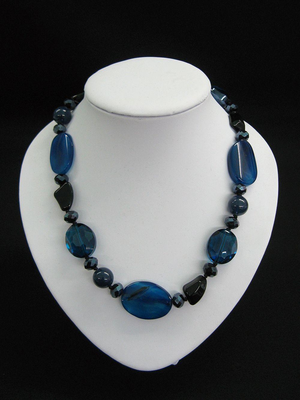 Halskette mit Edelsteinen in blau