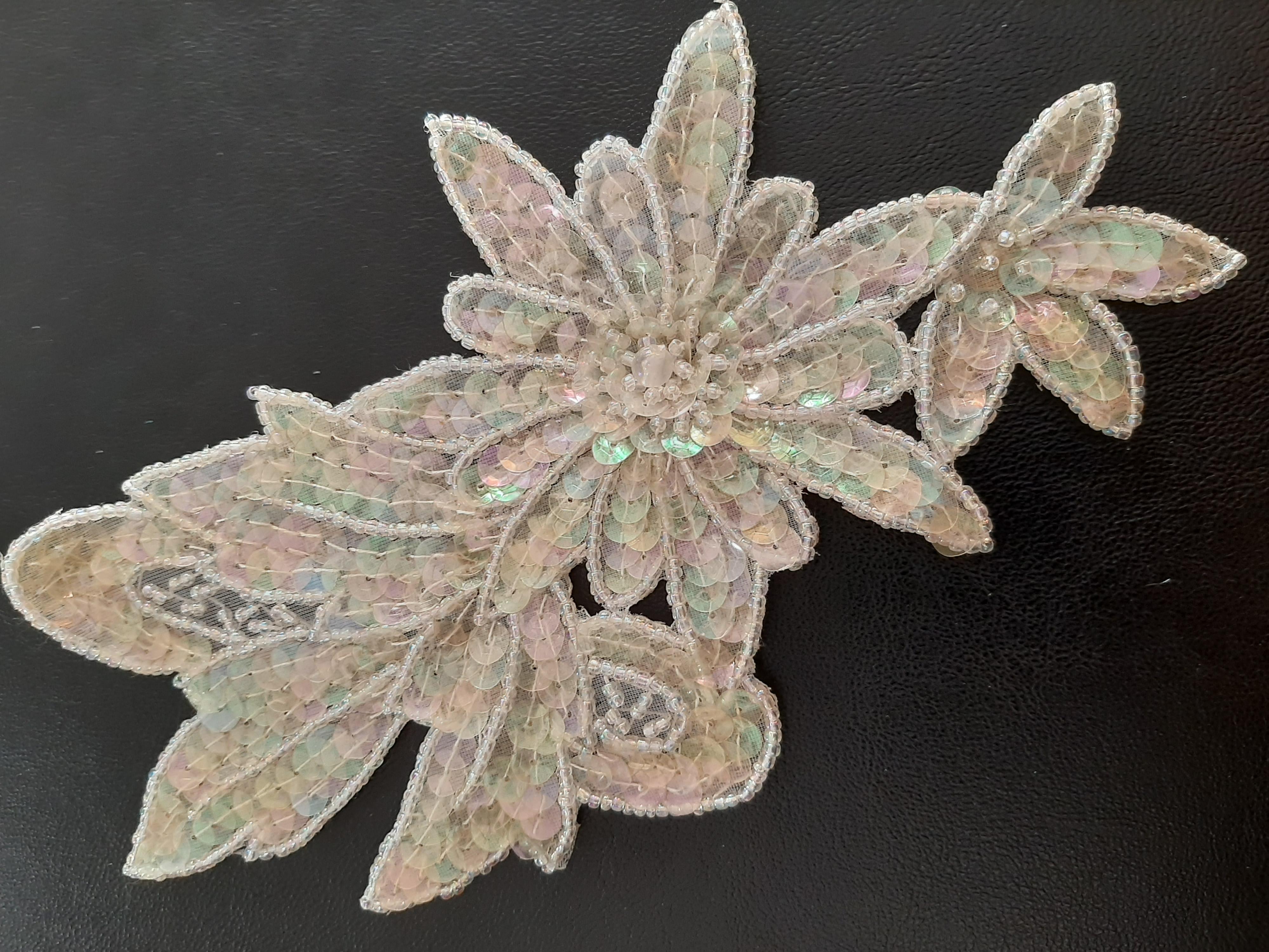 Applikation  mit  schillernde  Perlen und Pailletten  Maße  20 + 10  cm