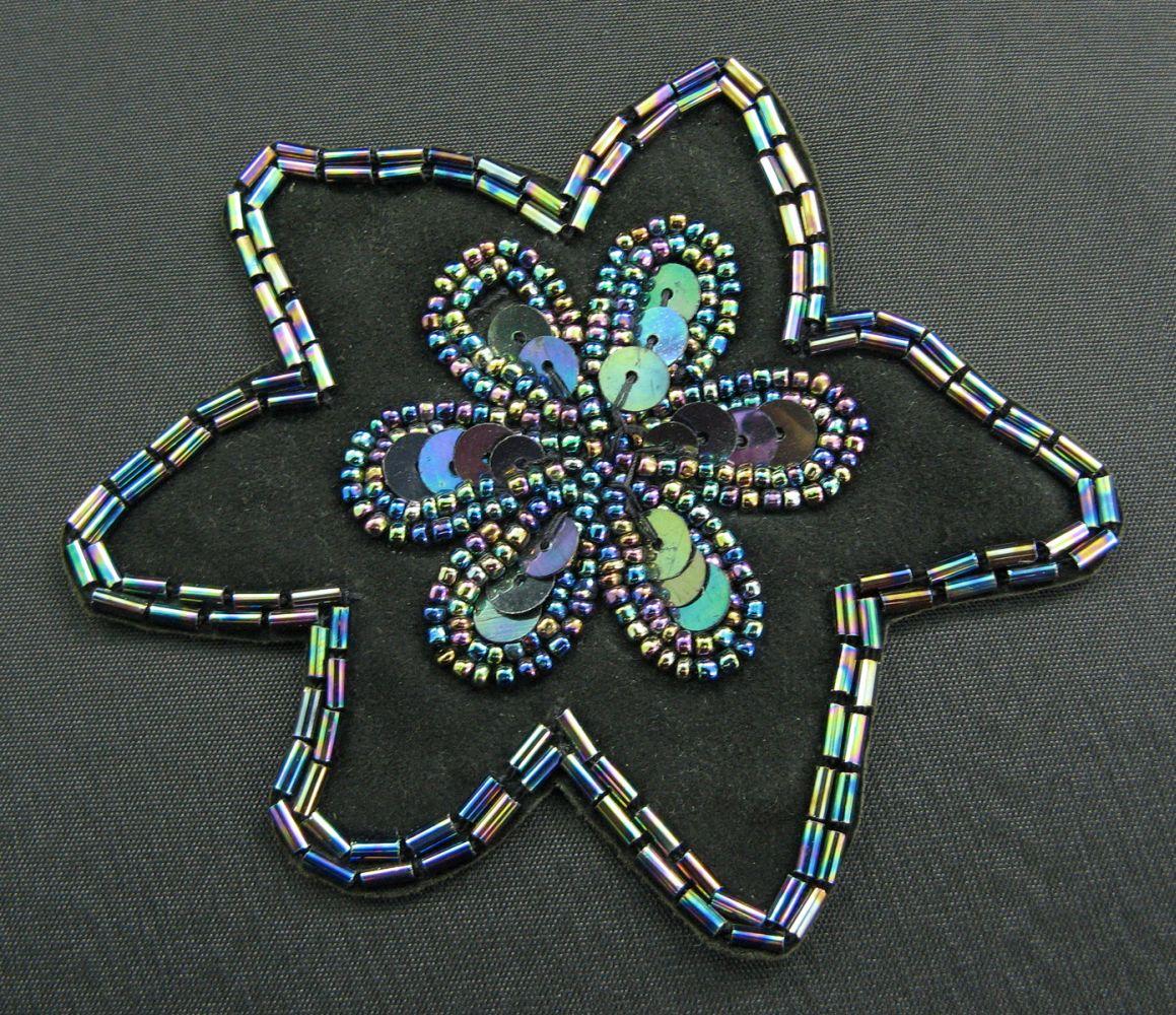 Applikation  bunte Perlen auf Wildleder gearbeitet  9 cm